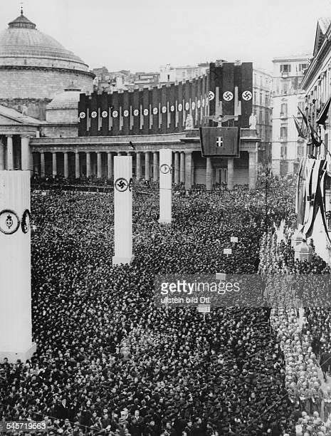 Menschenmenge auf der Piazza delPlebiscito vor dem Könglichen Palast inErwartung König Viktor Emanuels III. Undseiner deutschen Gäste; im Hintergrund...