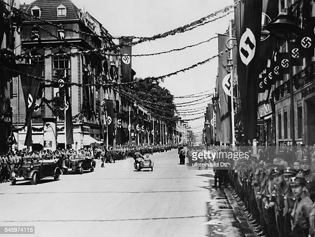 Menschenmenge in der Wilhelmstrassein Erwartung der Autokolonne Adolf Hitlers