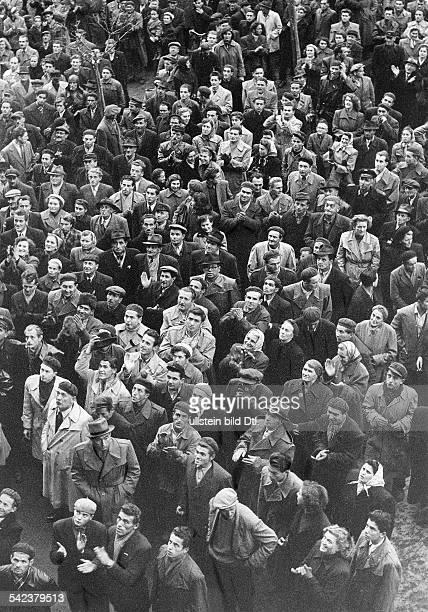 Menschenmenge vor dem Rathaus in Györ November 1956