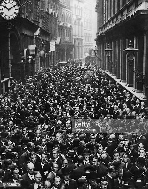 Menschenmenge vor der Börse in der Londoner Innenstadt vermutlich während der Weltwirtschaftskrise undatiert veröffentlicht Uhu 3 1927/1928