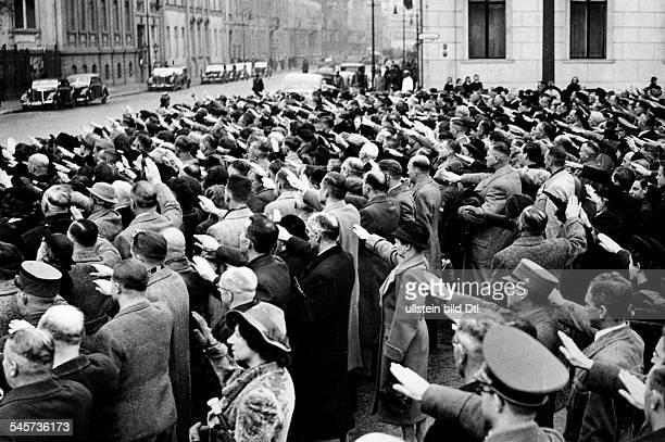 Menschenmenge vor der Reichskanzlei inErwartung der Rückkehr Adolf Hitlers ausMünchen nach dem Attentat imBürgerbräukeller am Vorabend desJahrestages...