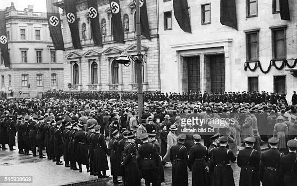 Menschenmenge vor der Reichskanzlei inErwartung der Rückkehr Adolf Hitlers ausPrag nach der Annexion Böhmen-Mährensund Errichtung des...
