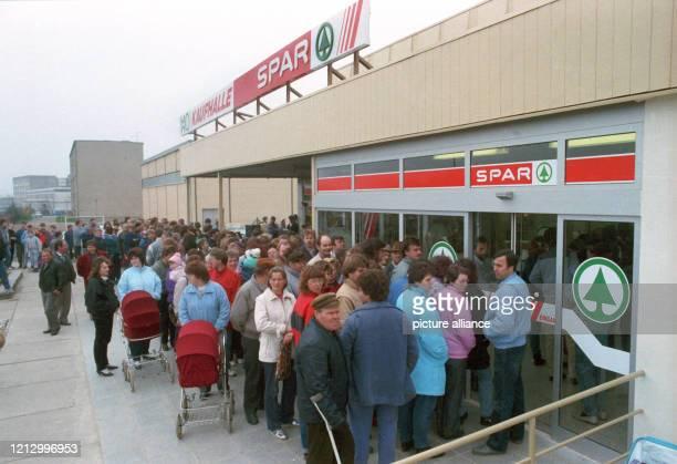 Menschenschlangen vor dem neuen Supermarkt in der ehemaligen HOKaufhalle in Haldensleben im DDRBezirk Magedeburg am Die DDR Handelsorganisation und...
