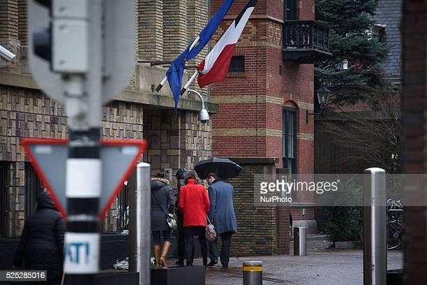 HAAG 08JAN2015 Mensen bezoeken de Franse ambassade in Den Haag om het condoleance register te tekenen Woensdag zijn er in het centrum van Parijs bij...