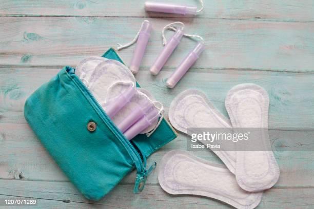 menstrual bag with cotton tampons and sanitary pads - ciclo de menstruación fotografías e imágenes de stock