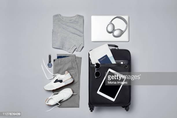 menswear with suitcase and personal accessories - bolsa preta - fotografias e filmes do acervo