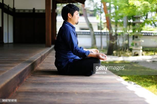 mentale evenwicht en meditatie - lotuspositie stockfoto's en -beelden