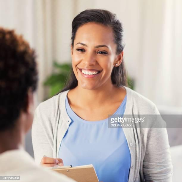 Profesional de salud mental trata sobre algo con el paciente