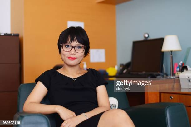 mental health professional in her office - psychiatrist's couch stock pictures, royalty-free photos & images