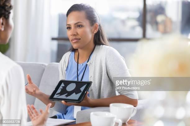 Psychische Gesundheit professionelle verwendet Bilder im Gespräch mit Patienten