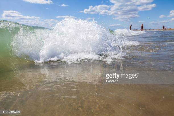 mer - vague le long de la plage de l'espiguette - ガール県 ストックフォトと画像