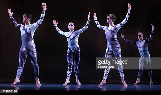 merce cunningham dance company performing split sides - robbie jack stockfoto's en -beelden