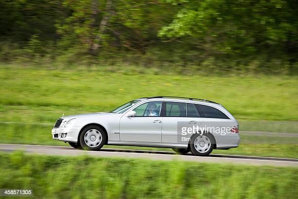 Mercedes-Benz E-Klasse fahren auf ländliche Straße in den Frühling