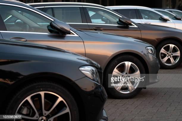 Mercedes-Benz-Fahrzeuge sind in einem öffentlichen Autohaus geparkt.