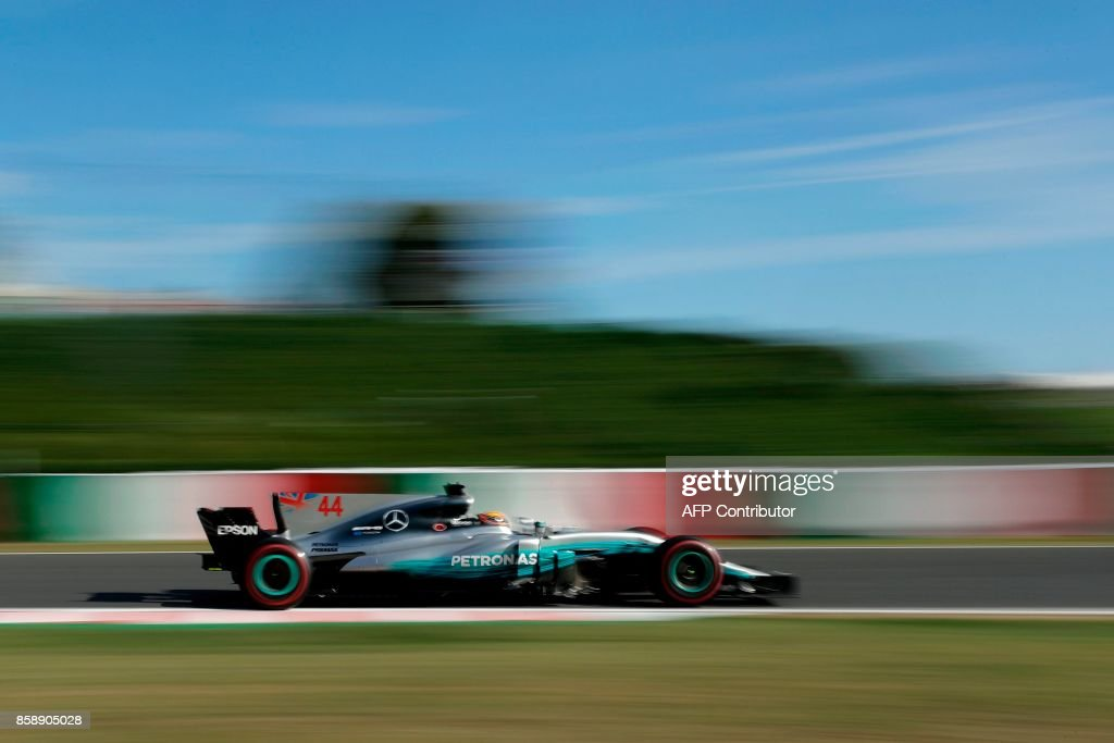 Mercedes' British driver Lewis Hamilton drives during the Formula One Japanese Grand Prix at Suzuka on October 8, 2017. / AFP PHOTO / Kiyoshi OTA