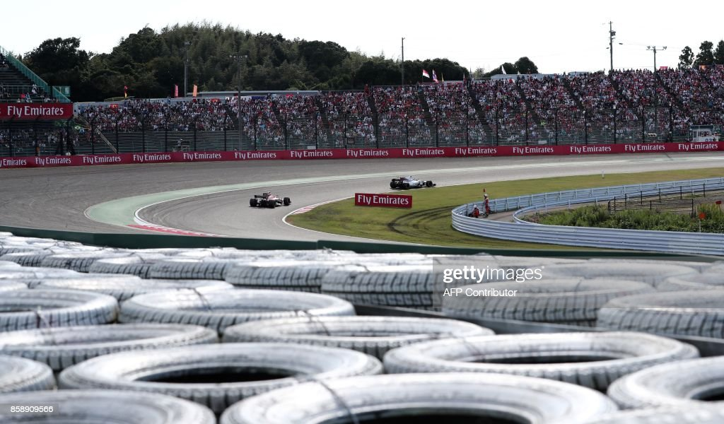 Mercedes' British driver Lewis Hamilton (R) leads during the Formula One Japanese Grand Prix at Suzuka on October 8, 2017. / AFP PHOTO / Behrouz MEHRI