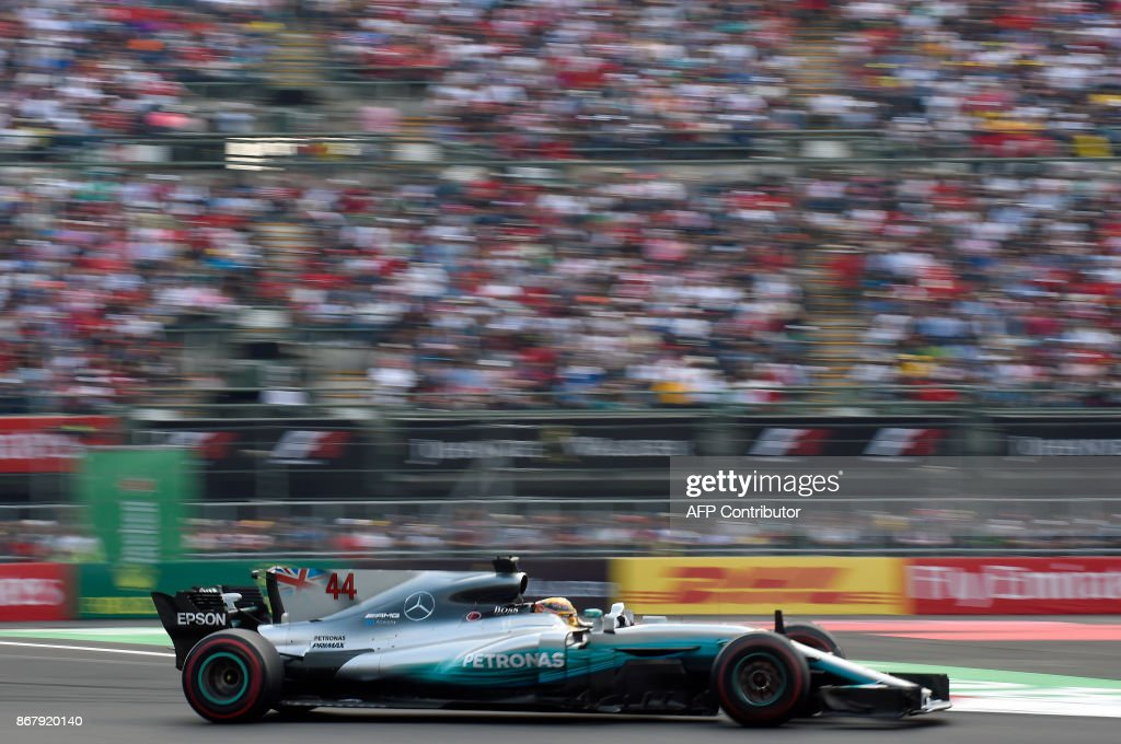TOPSHOT - Mercedes' British driver Lewis Hamilton powers his car during the Mexican Grand Prix at the Hermanos Rodriguez circuit in Mexico City on October 29, 2017. / AFP PHOTO / Alfredo ESTRELLA
