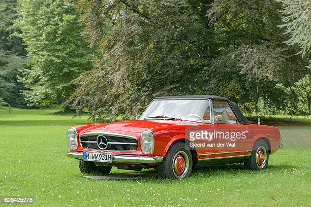 "mercedes-benz 230 sl classic convertible sports car - ""sjoerd van der wal"" photos et images de collection"