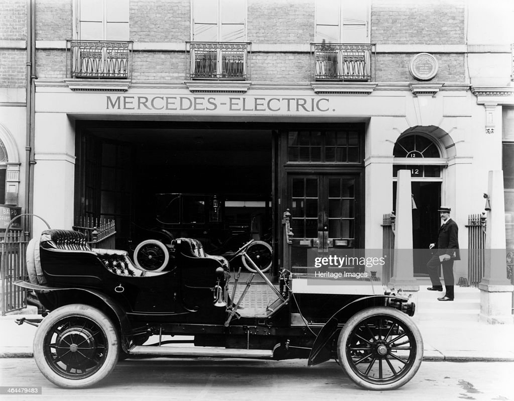 Mercedes-Mixte Touring car, 1907. The car is parked outside ...