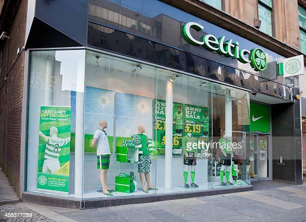 merchandising shop for celtic football club, glasgow - club football stockfoto's en -beelden