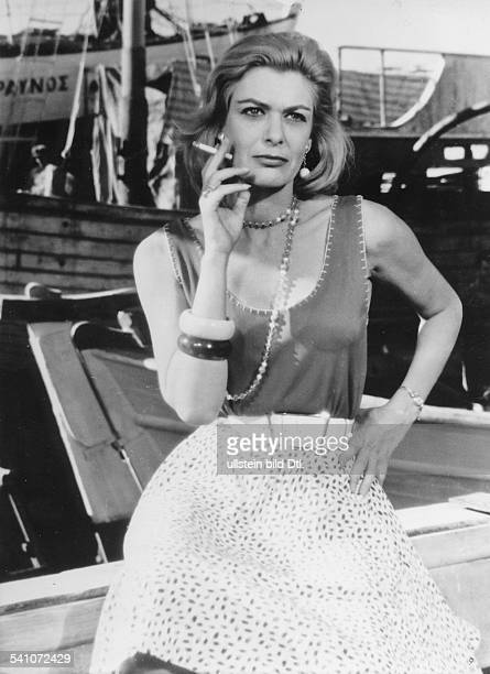 Mercouri, Melina - Actress, Singer, Politician, Greece - *18.10..1994+ Scene from the movie 'Pote tin Kyriaki'' Directed by: Jules Dassin Greece /...