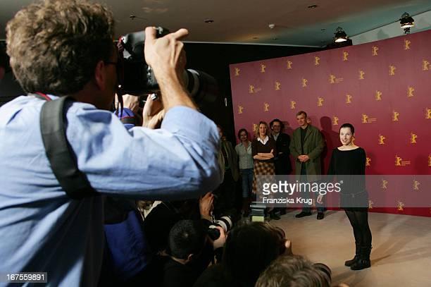 Meret Becker Beim Photocall Zu Happy As One Bei Der 56 Berlinale