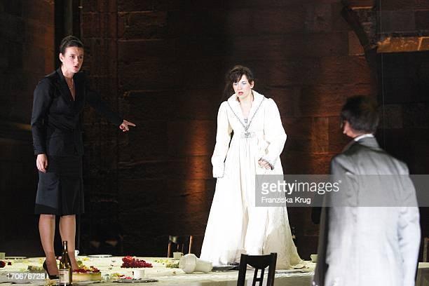 Meret Becker Und Annett Renneberg Bei Der Fotoprobe Zu 'Siegfrieds Frauen' Bei Den NibelungenFestspielen Am Dom In Worms