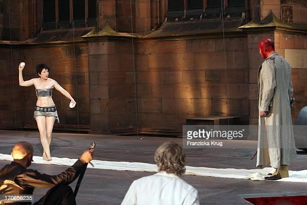 Meret Becker Und Robert Dölle Bei Der Fotoprobe Zu Siegfrieds Frauen Bei Den NibelungenFestspielen Am Dom In Worms