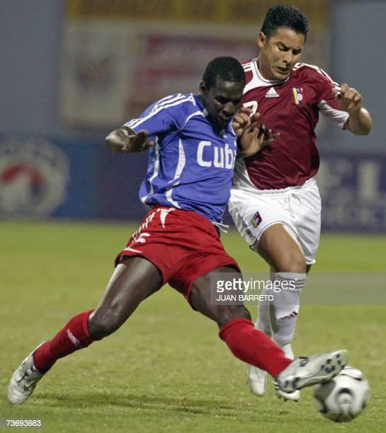 Jose Torrealba de Venezuela pelea un balon con Yobasni Caballero de Cuba en partido amistoso preparatorio a la Copa America Venezuela2007 en la...