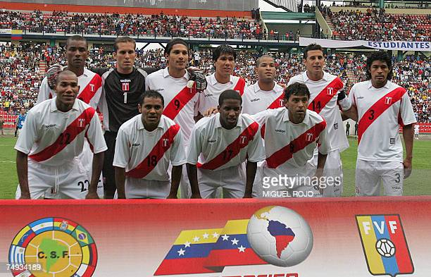 Peru's national football team pose for a picture before the start of their Copa America Venezuela 2007 Group A match against Uruguay 26 June 2007 in...