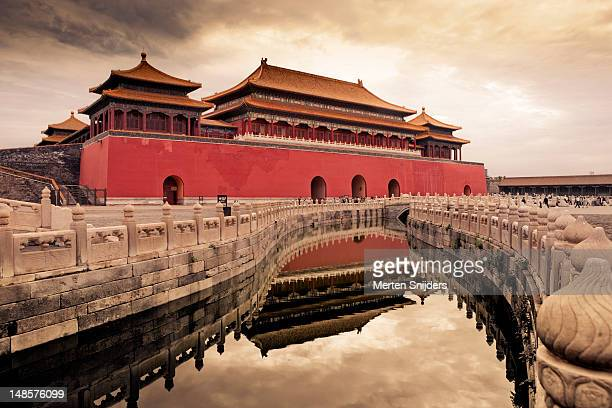 meridian gate reflected in canal. - merten snijders stock pictures, royalty-free photos & images