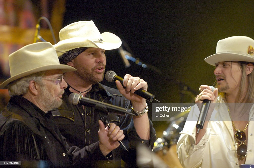 13b18a1b53264 Willie Nelson and Friends   Outlaws   Angels  - Show and Backstage   News