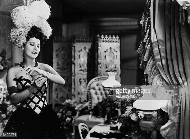 Merle Oberon at home after a performance at the theatre in a scene from 'The Lodger' in which the eponymous character is suspected of being Jack The...
