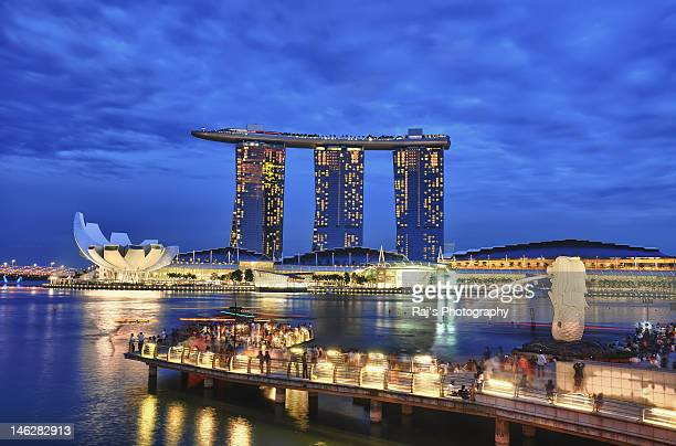 merlion park and marina bay sanding in vicinity - merlion park stock photos and pictures