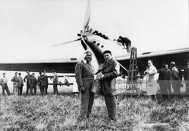 Mermoz, Jean Pilot, Frankreichmit Etienne vor ihrer Maschine 'Antoine Paillard' kurz vor dem Start zu dem Versuch, einen neuen Langstreckenweltrekord...