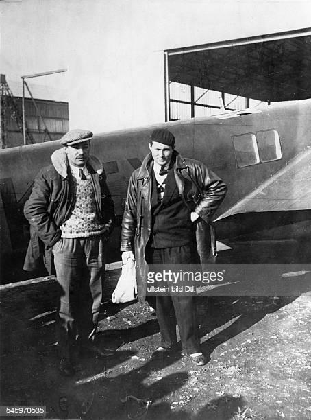Mermoz, Jean Pilot, Frankreichmit Paillard vor ihrem Flugzeug auf dem Flughafen von Oran - 1931