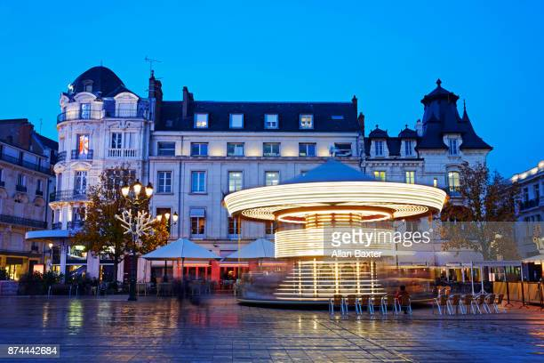 merry go round on long exposure in place du martroi' in orleans at night - orleans loiret imagens e fotografias de stock