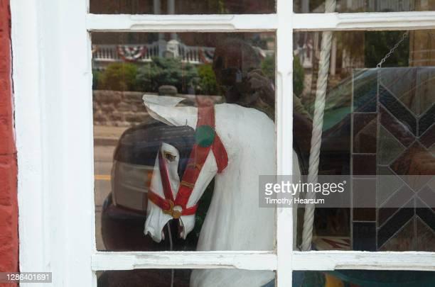 merry-go-round horse as seen through an antique shop window - timothy hearsum fotografías e imágenes de stock