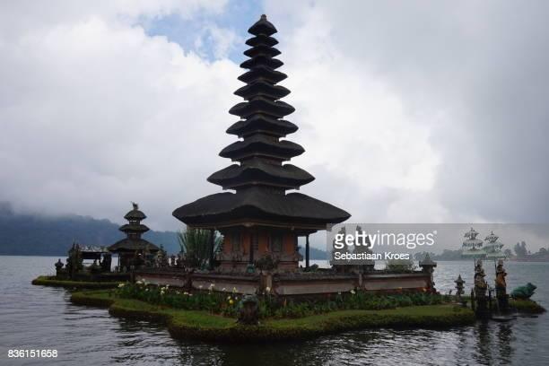 meru pagoda in the water, pura ulun danu bratan temple, bedugul, bali, indonesia - meru filme stock-fotos und bilder