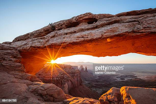 mesa arch sunrise, canyonlands national park, usa - felsbogen stock-fotos und bilder