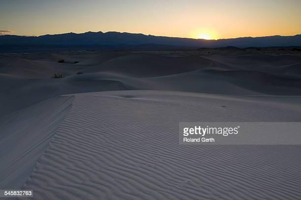 mesquite sand dunes at sunset - public domain imagens e fotografias de stock