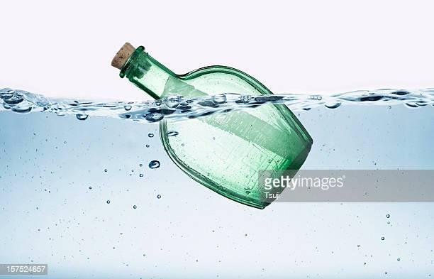 Nachricht in einer Flasche Wasser