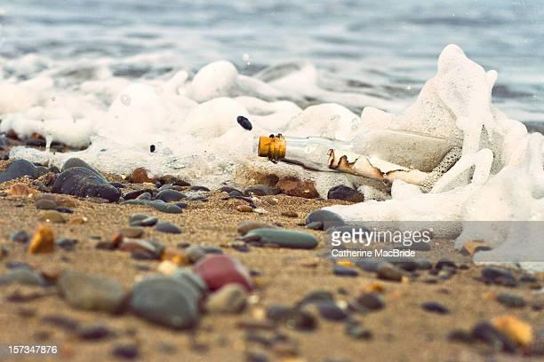 message in bottle washed up on shore - catherine macbride stockfoto's en -beelden