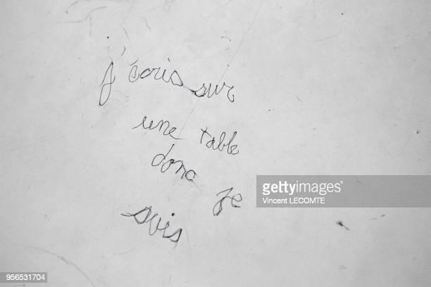 Message inscrit au stylo par un lycéen sur la table d'une salle de classe 'J'écris donc je suis' dans un lycée public en Picardie dans le nord de la...
