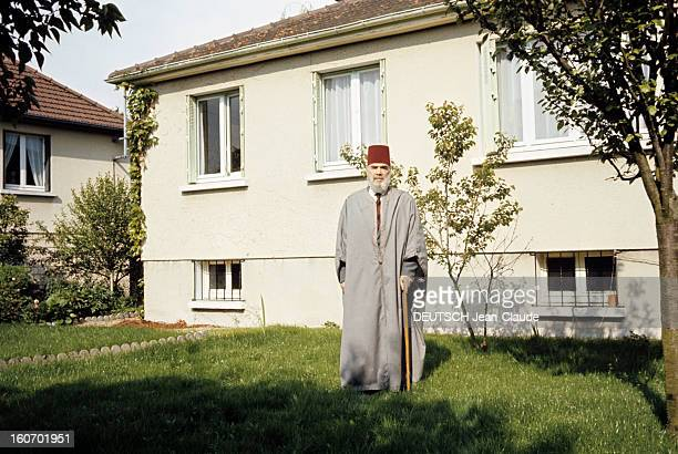 Messali Hajj Head Of Mna France Chantilly 1972 Monsieur Messali HADJ chef du MNA pose vêtu traditionnellement d'une grise et d'un caftan bordeau...