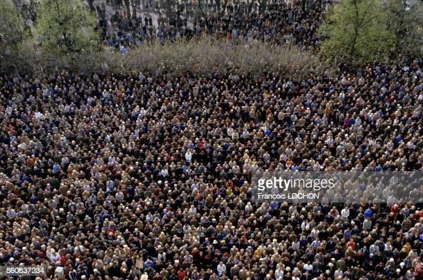 Messe à la mémoire du père Jerzy Popieluszko aumônier du syndicat Solidarnosc assassiné en 1984 en présence d'une foule considérable en mai 1985 à...