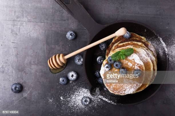 messthetics. blueberry pancakes, healthy brunch - pancake stock pictures, royalty-free photos & images