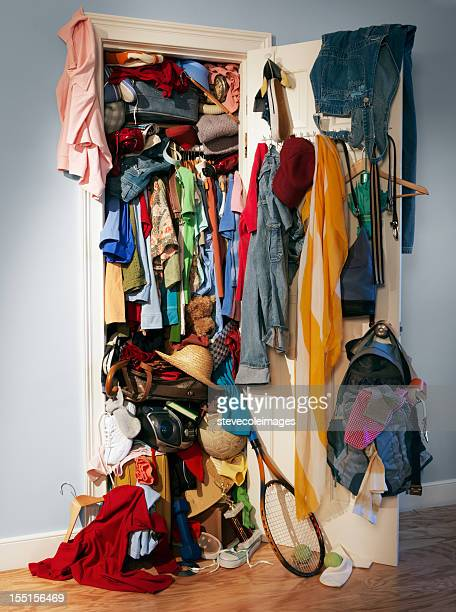 messy chaos closet - kast stockfoto's en -beelden
