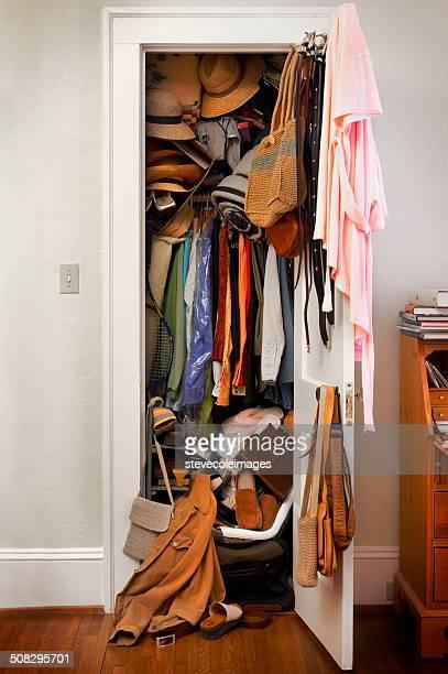 messy closet - kast stockfoto's en -beelden