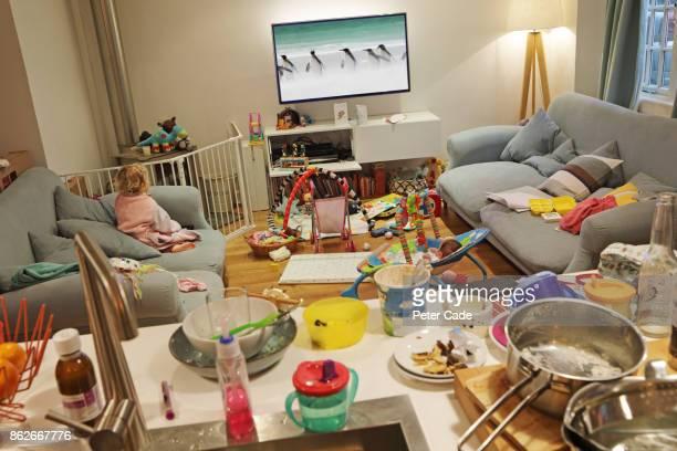 messy family home - disordinato foto e immagini stock